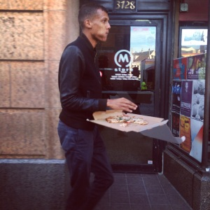 Stromae casually eating a pizza before the show
